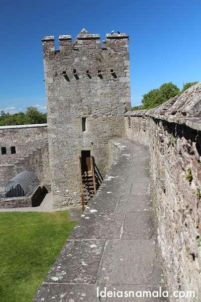 Subindo nas muralhas do Castelo de Cahir