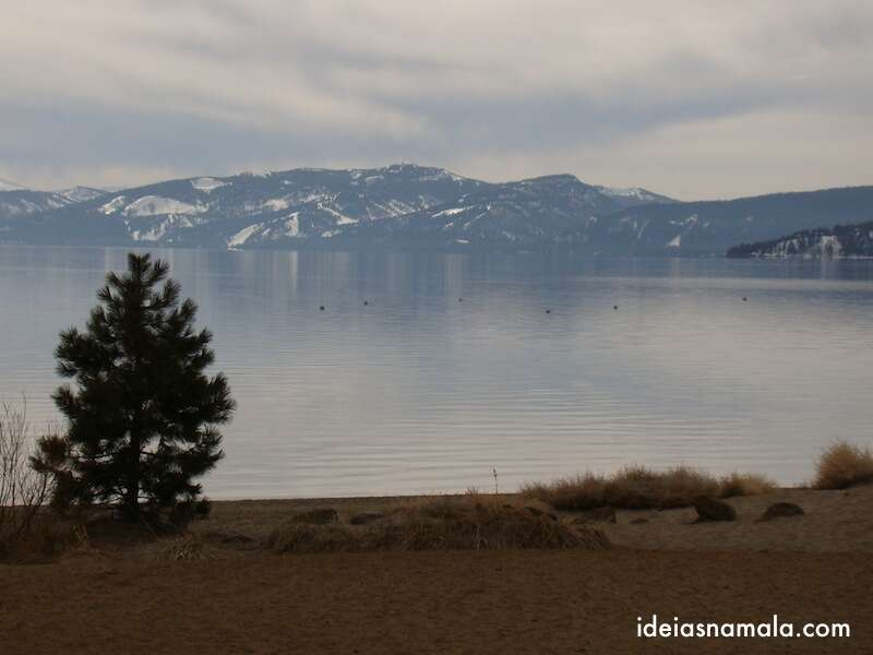 Lake Tahoe com as montanhas no fundo