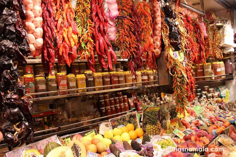 Frutas e pimentas no Boqueria em Barcelona