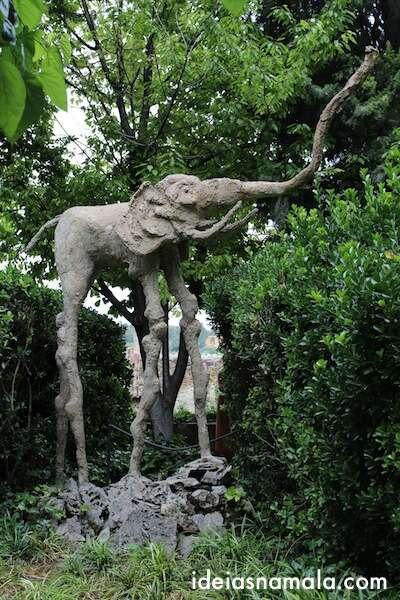 Estátua de elefante no jardim de Dalí