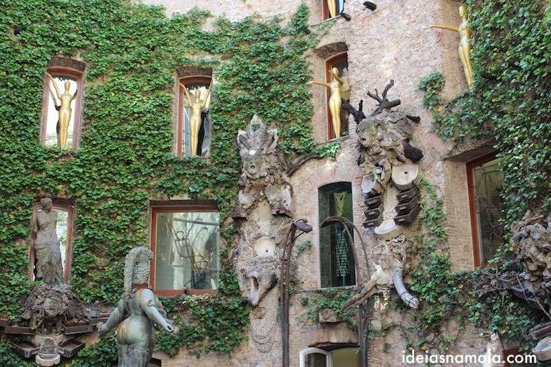 A escultura central vista de lado - Museu Dalí
