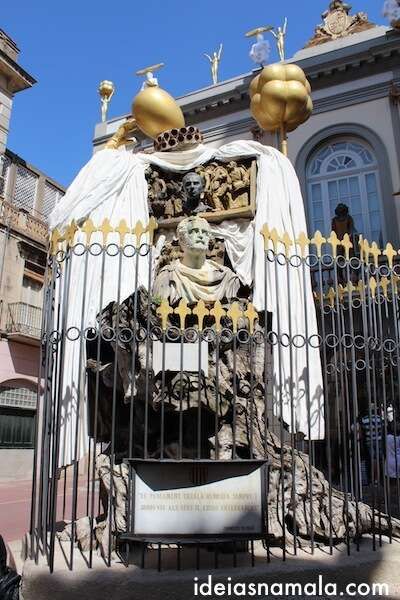 Escultura em frente ao Teatro Museu de Dalí em Figueres
