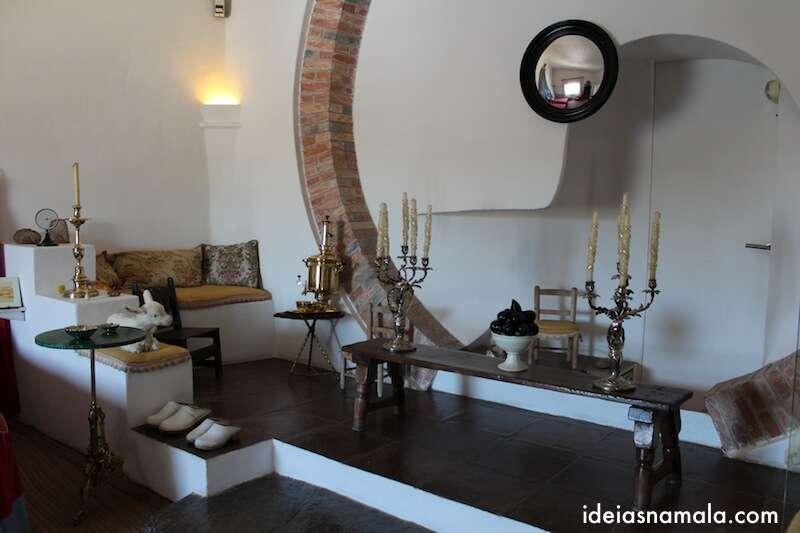 Sala intima com espelho de Dalí