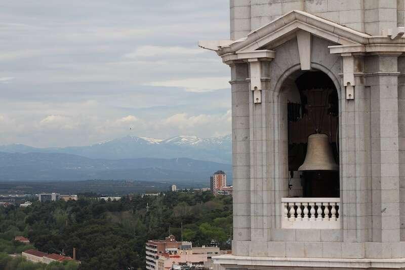 Sino da catedral da Almudena e montanhas repletas de neve em Madri