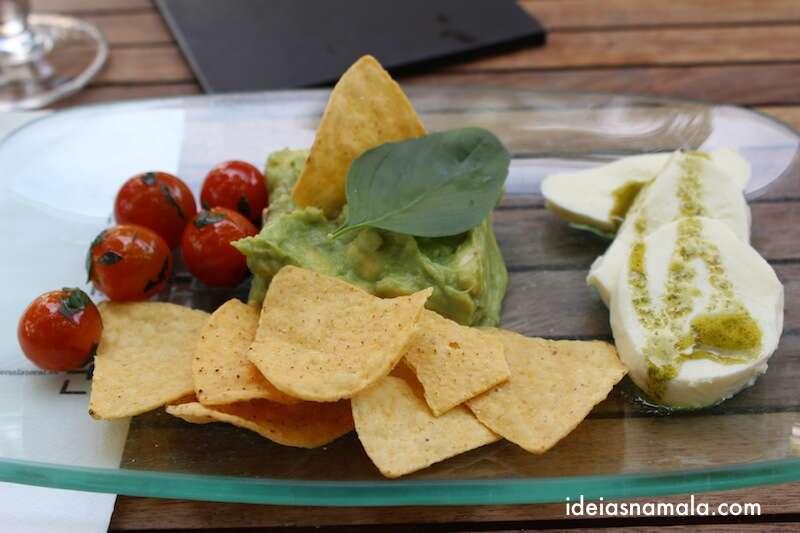 saladinha de Guacamole (abacate), mussarela de búfalo e pesto super leve