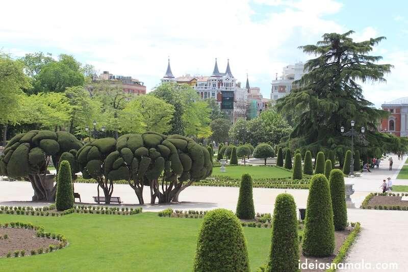 Jardim nos fundo do Museu do Prado - Parque do Retiro