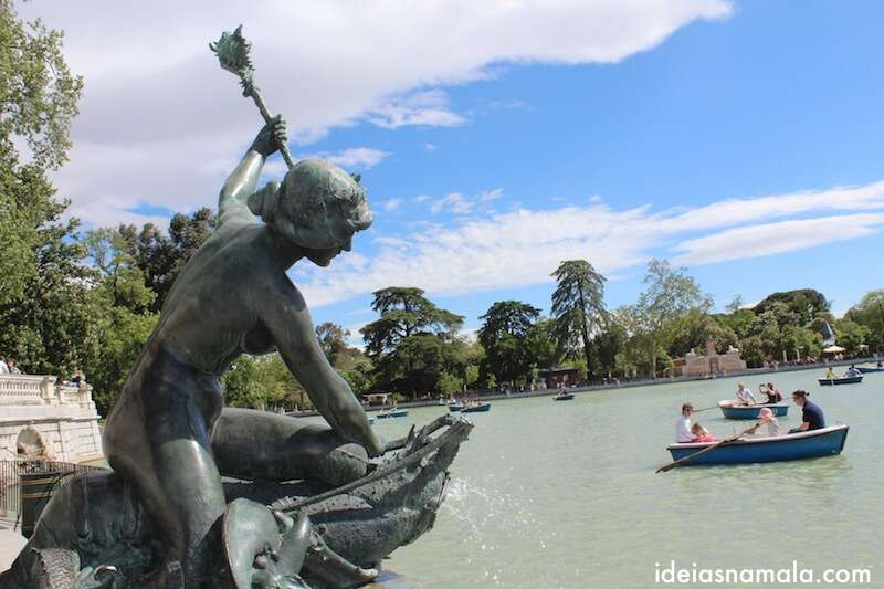 Escultura no Estanque do Retiro