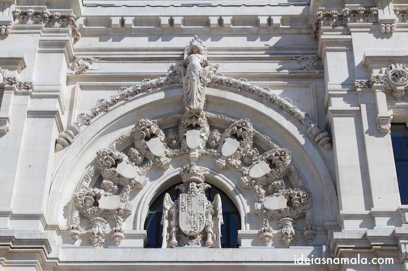 Detalhes na porta do palácio de Cibeles
