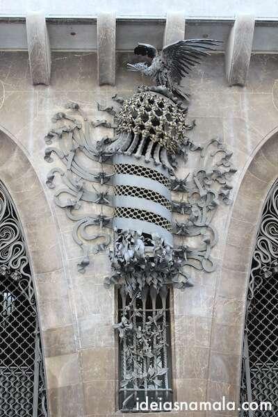 Palau Güell: Ornamento entre as portas ovaladas