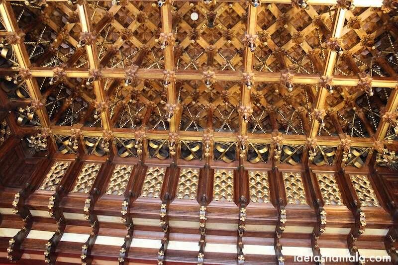 Olha o teto que interessante - Palau Guell