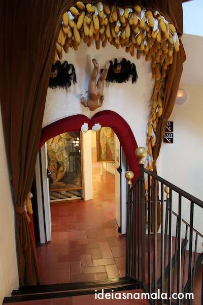 Entrada de uma das salas no museu de Dalí