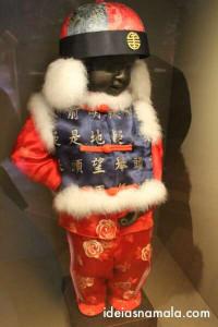 Manneken Pis com roupa de coreano ou chinês