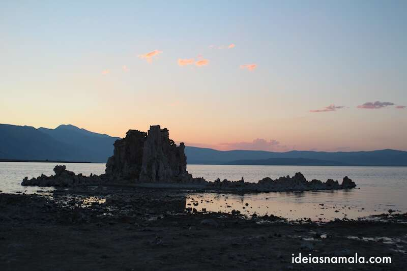 Tufas durante o pôr do sol em South Grove Tufa