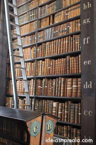 escada na Biblioteca do Trinity College - Dublin