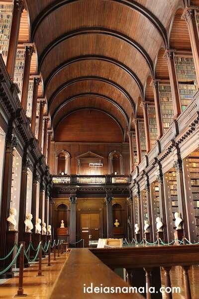 Segundo andar da biblioteca, livros antigos