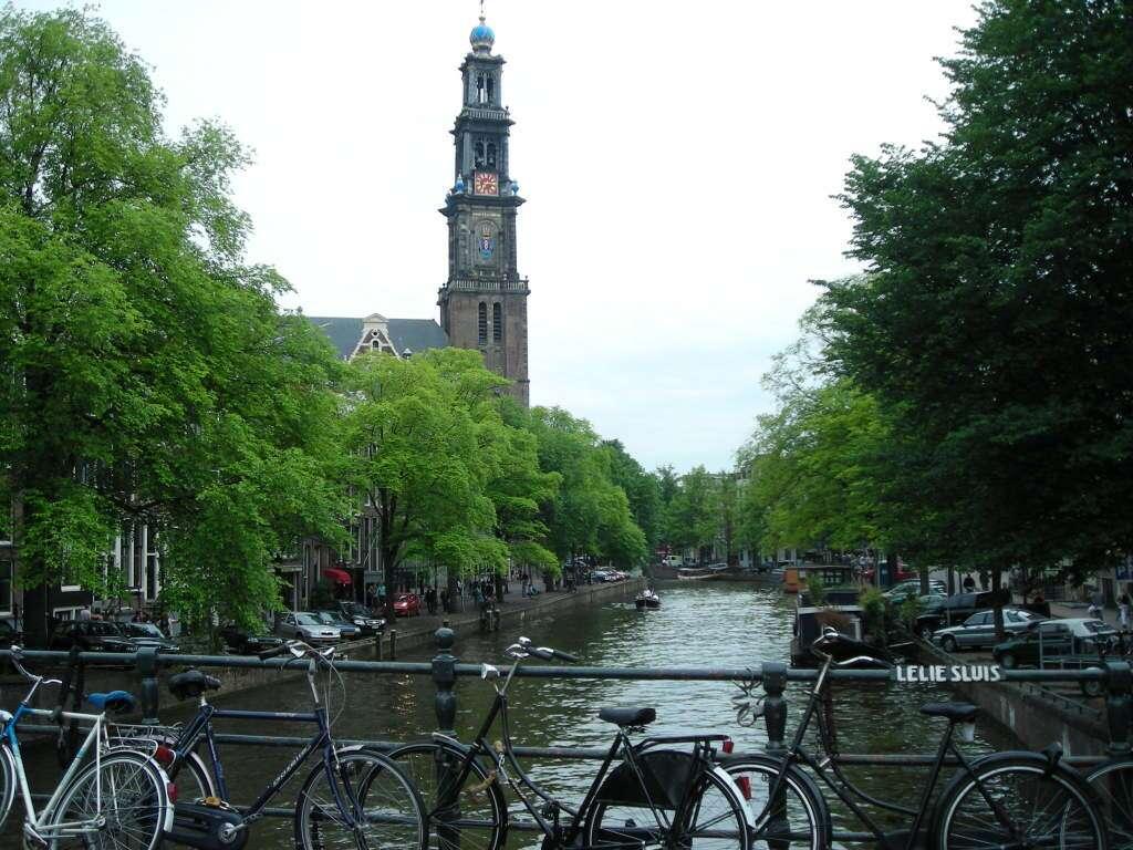 igreja Westerkerk e bicicletas em  Amsterdã