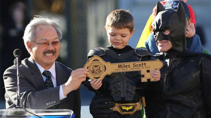 Miles recebe as chaves das mãos do prefeito
