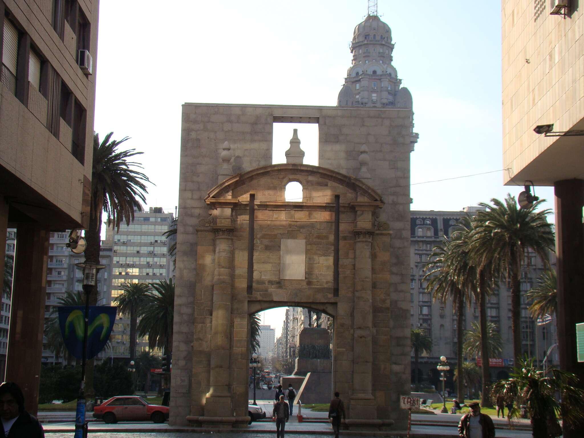Porta da Ciudadela Quase espremida entre os prédios da capital Uruguaia