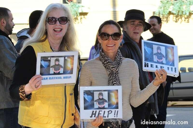 Moradoras de São Francisco com placas para o Batkid
