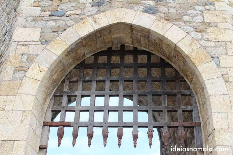 Porta dentada em uma das torres da ponte- Besalú