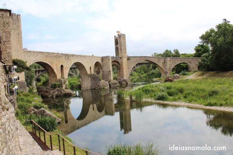 Ponte velho de Besalú vista da parte baixa da cidade