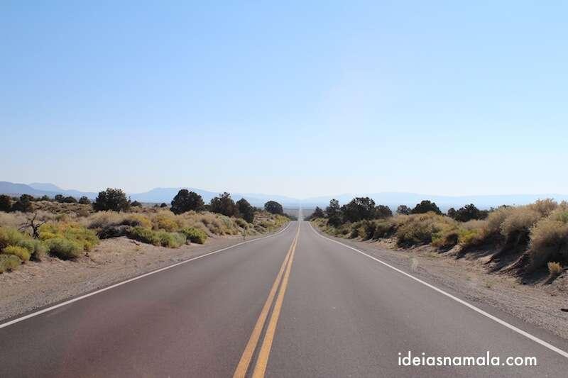 Estrada para chegar em Bodie, reta infinita sem uma alma viva ao redor