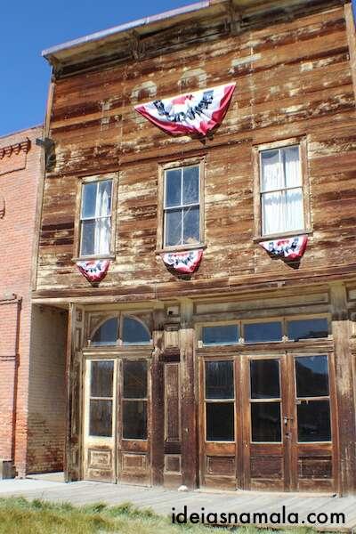 Casa decorada com bandeiras - Bodie