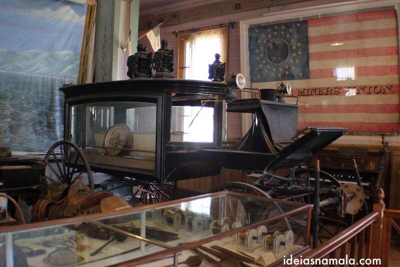 Automóveis antigos no museu de Bodie