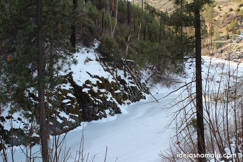 Rio congelado perto de Tahoe