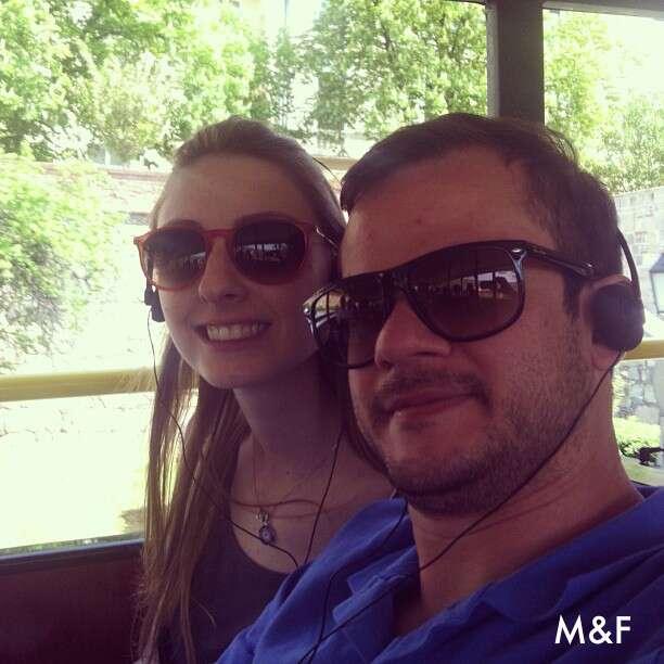 Mariana e Flávio no ônibus turistico