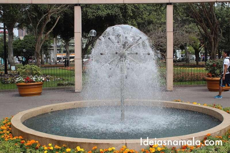 Linda fonte na Praça Kenedy - Lima