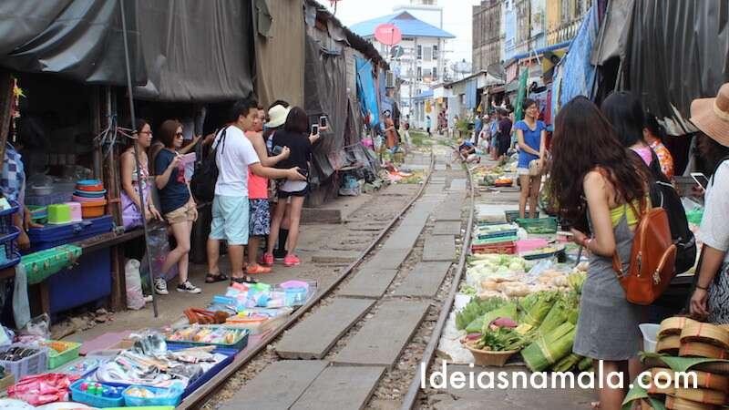 Mercado de Maeklong - Trem chegando