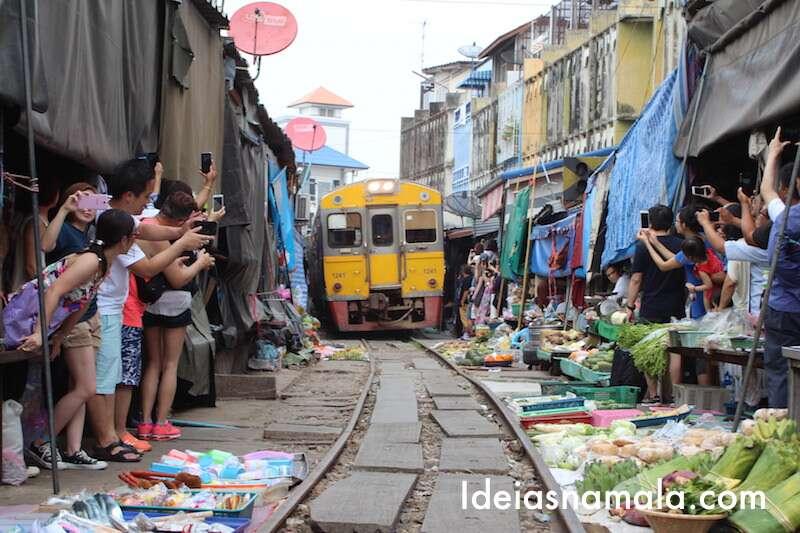 Mercado de Maeklong um dos passeios do roteiro de Bangkok