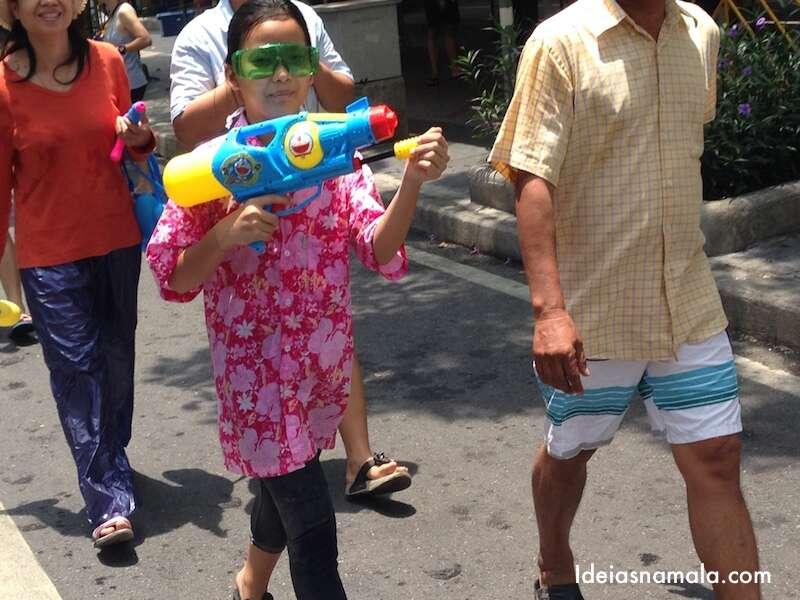Menina com o look tradicional do festival: camisa florida & óculos pra proteger os olhos da água