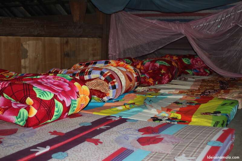 Na parte de cima da casa as camas não era tão legais quanto as nossas. Uma grudada na outra e nem todas tinha rede de insetos.