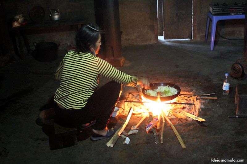 Nosso jantar sendo cozinhado pela dona da casa