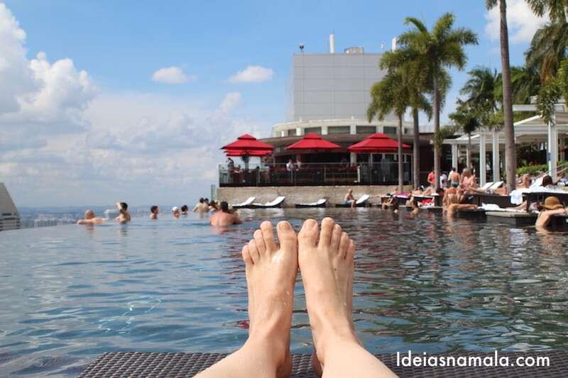 Nada como descansar os pés numa piscina dessas!