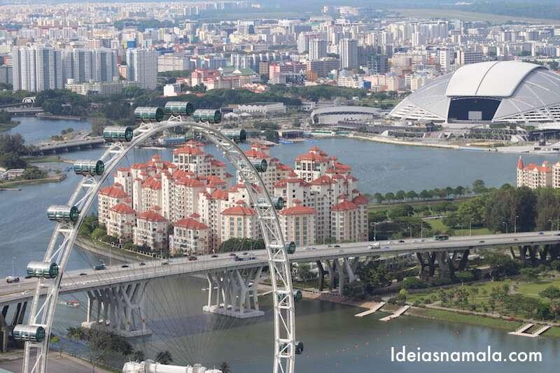 Singapore Flier vista do observatório do Marina Bay Sands