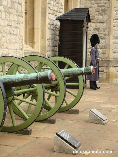 Soldado de chapelão dentro da torre de Londres