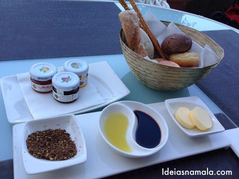 Pães variados com azeite, manteiga, geléias, mel e o melhor zatar que já comi na vida