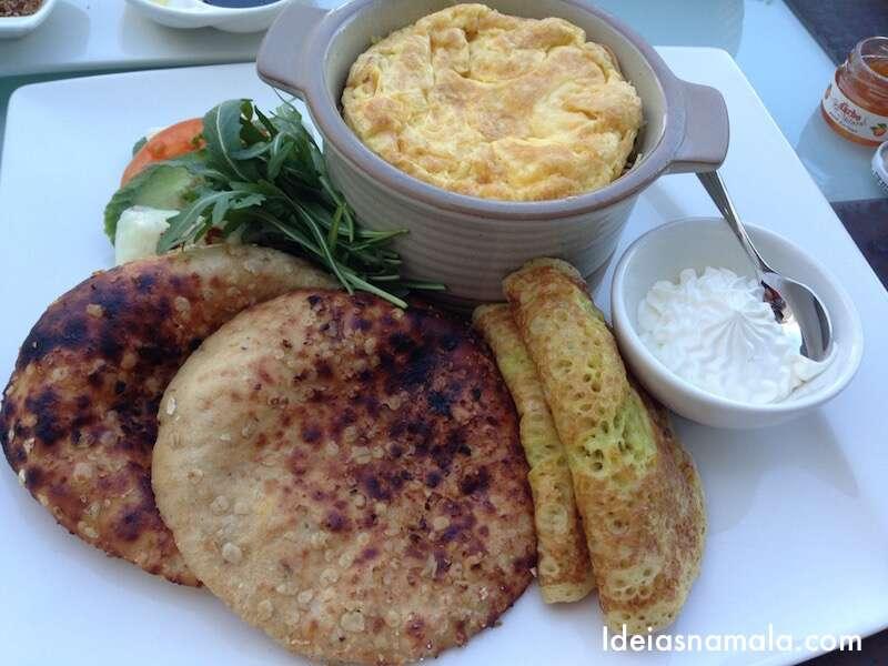 Ovos e panquecas do meu café da manhã Emirati
