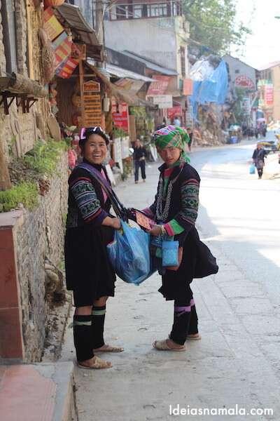 Locais com sacos de lembrancinhas para vender aos locais