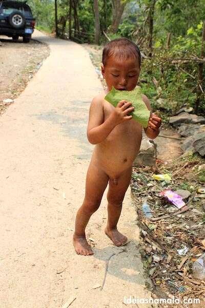 Criança pelada enquanto a mãe insistente tentava nos vender produtos