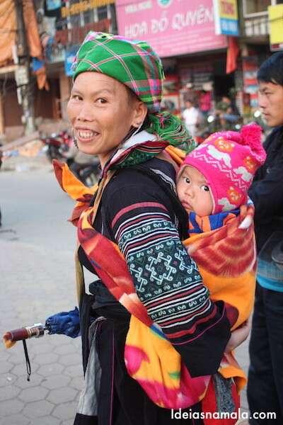 Guia carregando bebê em Sapa - Vietnã