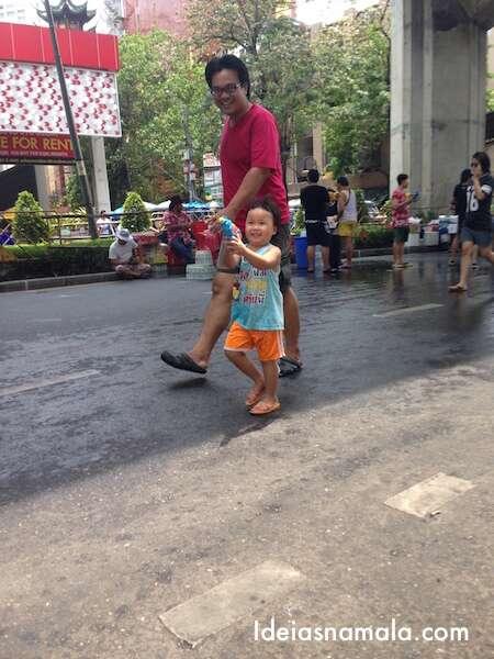 A criança se divertindo no Songkran