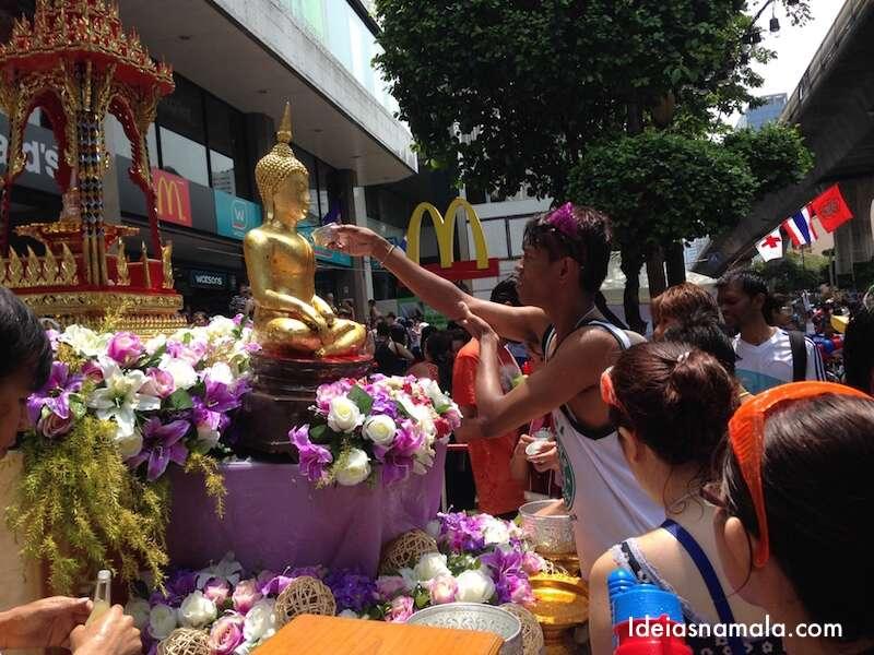 Banho no buda: parte religiosa do festival