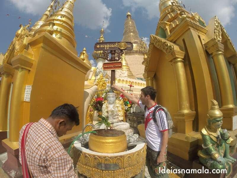 Banho no Buda em Mianmar
