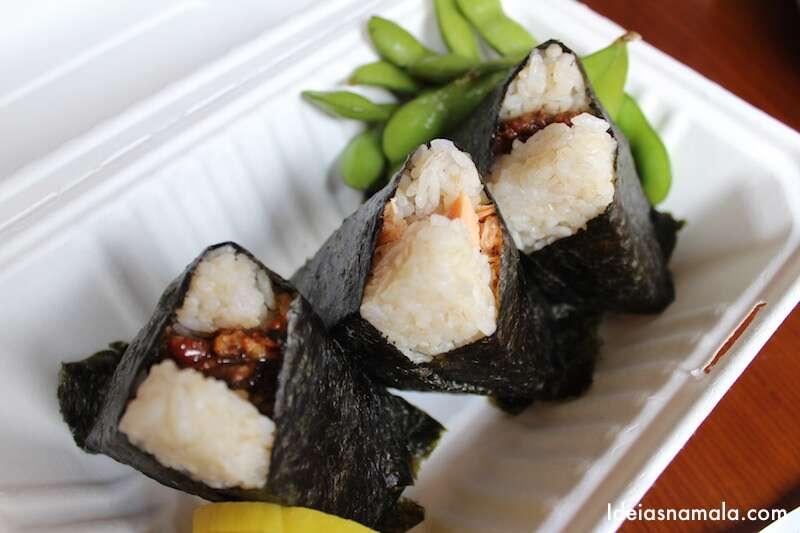 Minhas três onigiris: salmão, unagui e carne