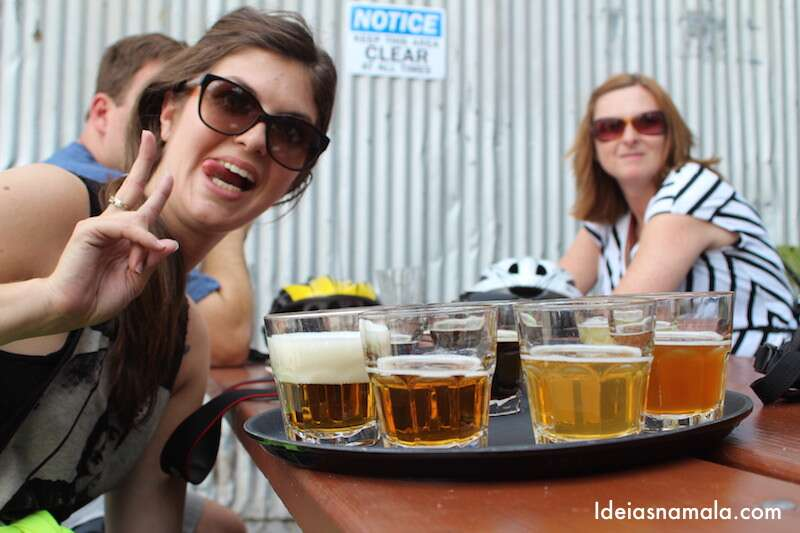 Cara de alegria da Mila ao receber nossa cerveja