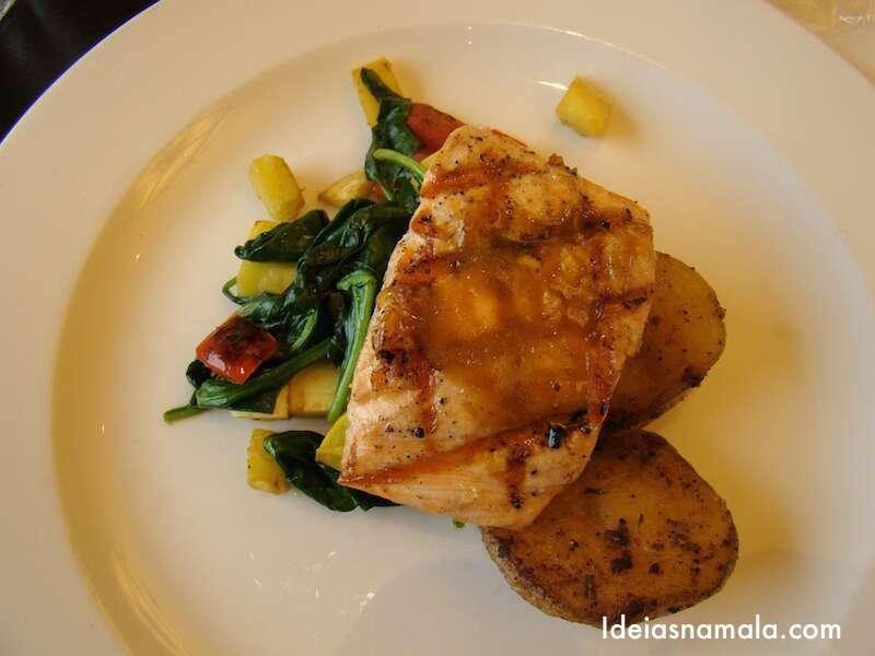 Salmão grelhado com batatas douradas e legumes